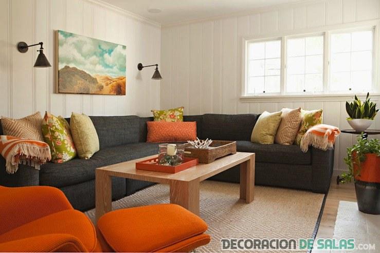 salón con sofá gris y colores en naranja