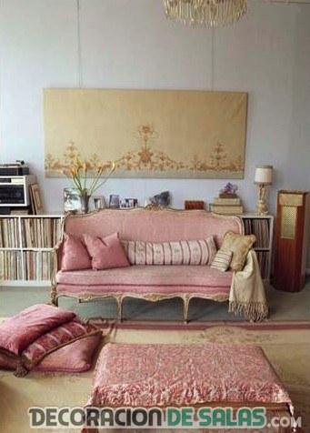 salón con sofá rosa claro