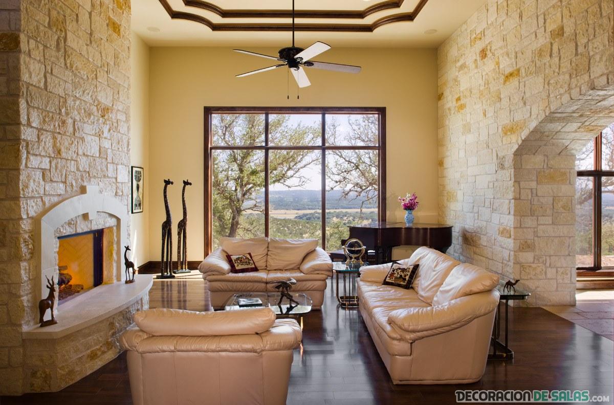 salón con sofás de piel y paredes de piedra