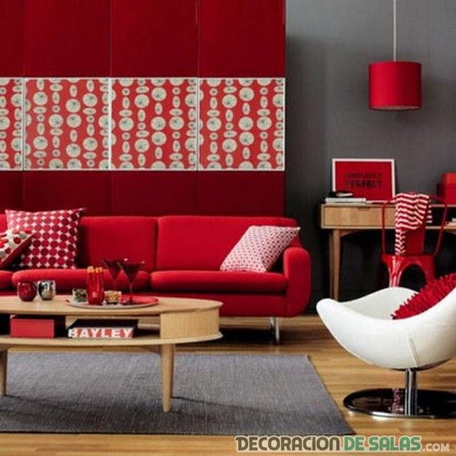 salón con sofás en color rojo