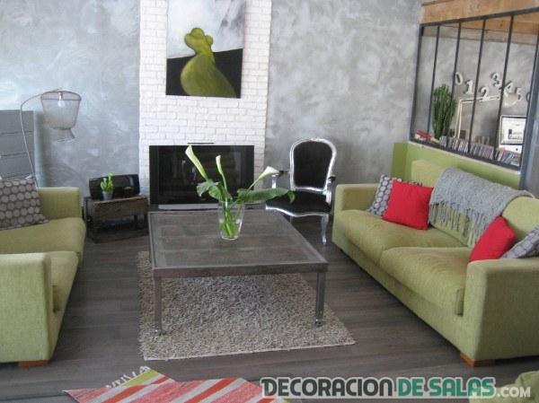 salón con sofás en verde