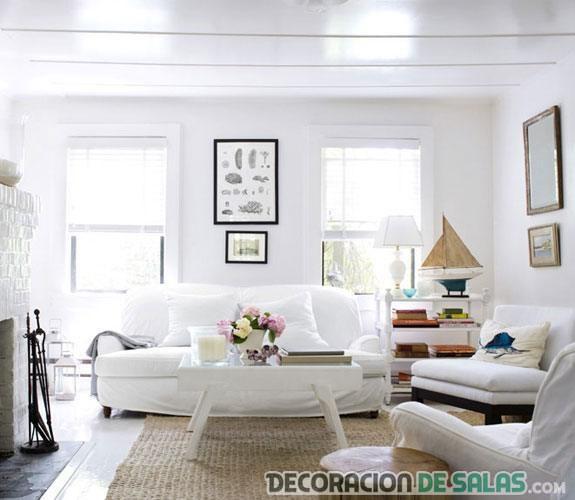 salón con sofás y paredes en blanco