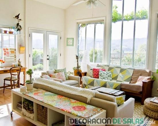 salón con textiles estampados