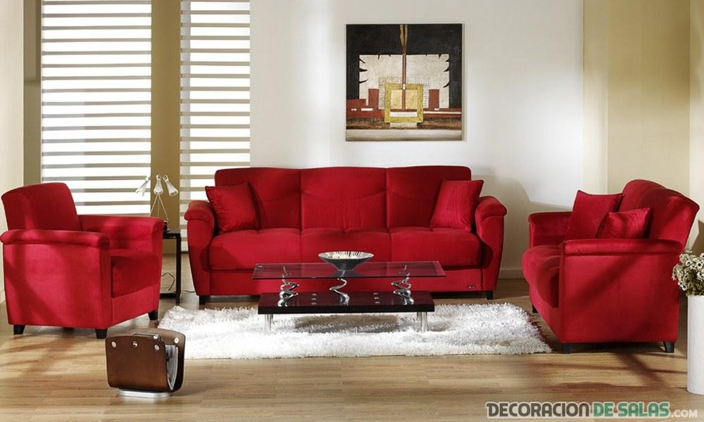 salón con tres sofas en rojo