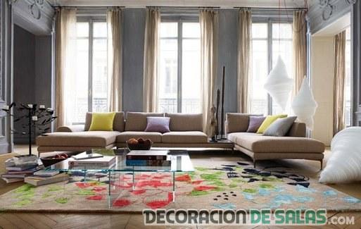 salón con varios sofás
