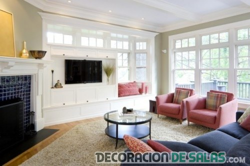 salón con ventanas y colores de moda