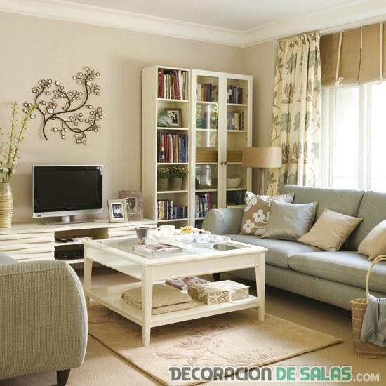 salón cuadrado decorado con tonos neutros