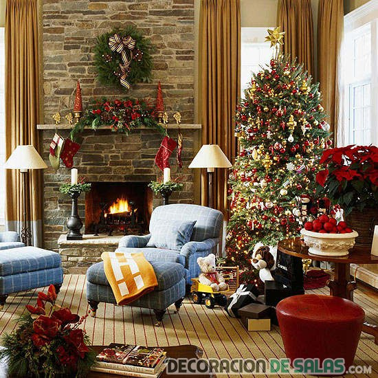 salón de navidad con chimenea de piedra