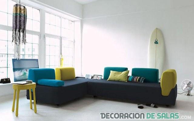 salón decorado con tabla de surf