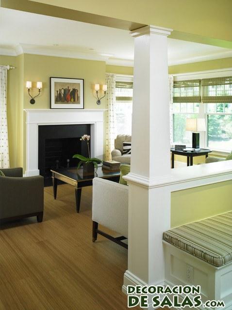 salón decorado con una columna