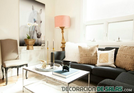 salón elegante con sofá negro