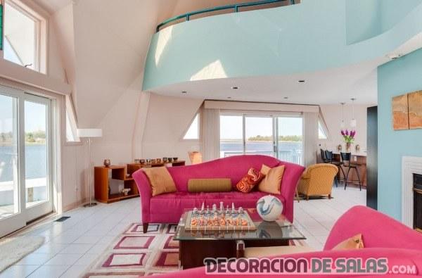 salón elegante con sofás en rosa fucsia