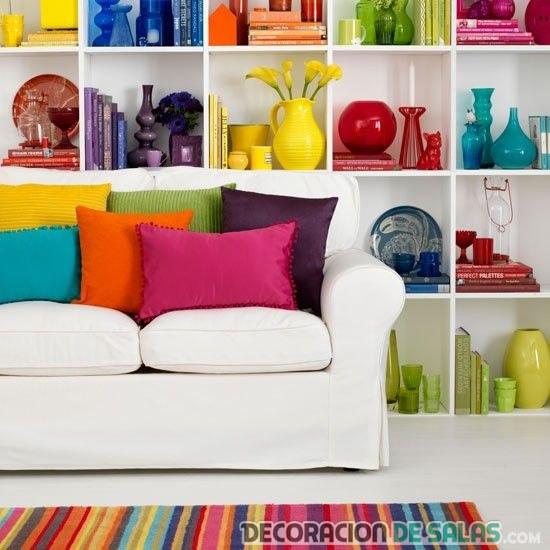 salón en blanco con muchos colores