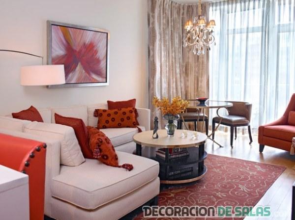 salón en colores rojizos y sofá en blanco