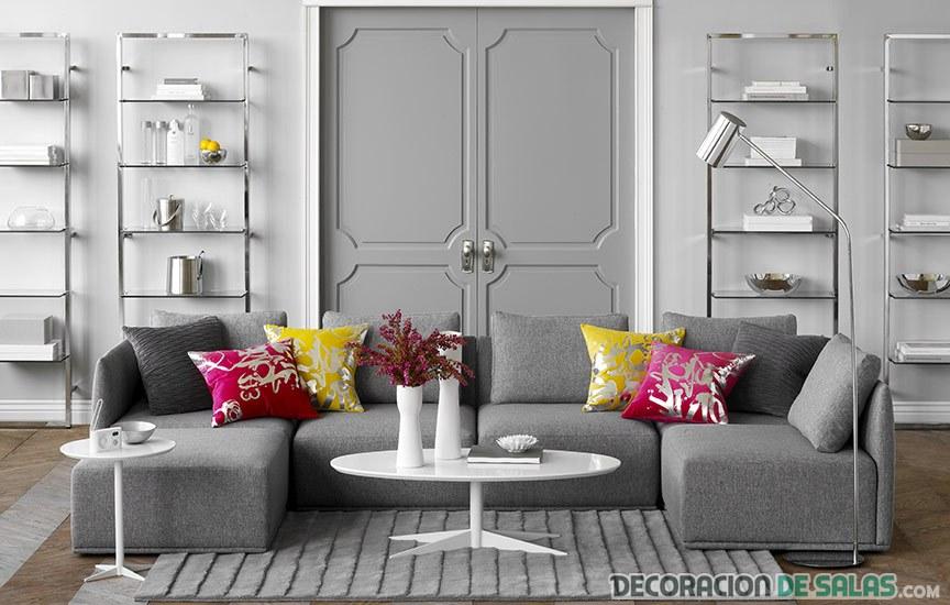 salón gris con cojines en color