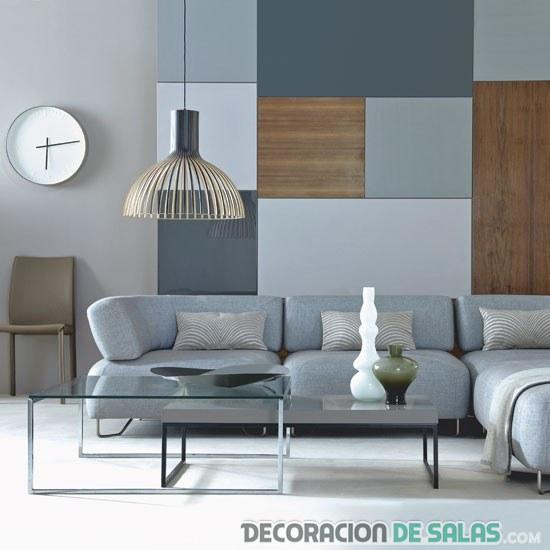 salón gris con paneles de madera