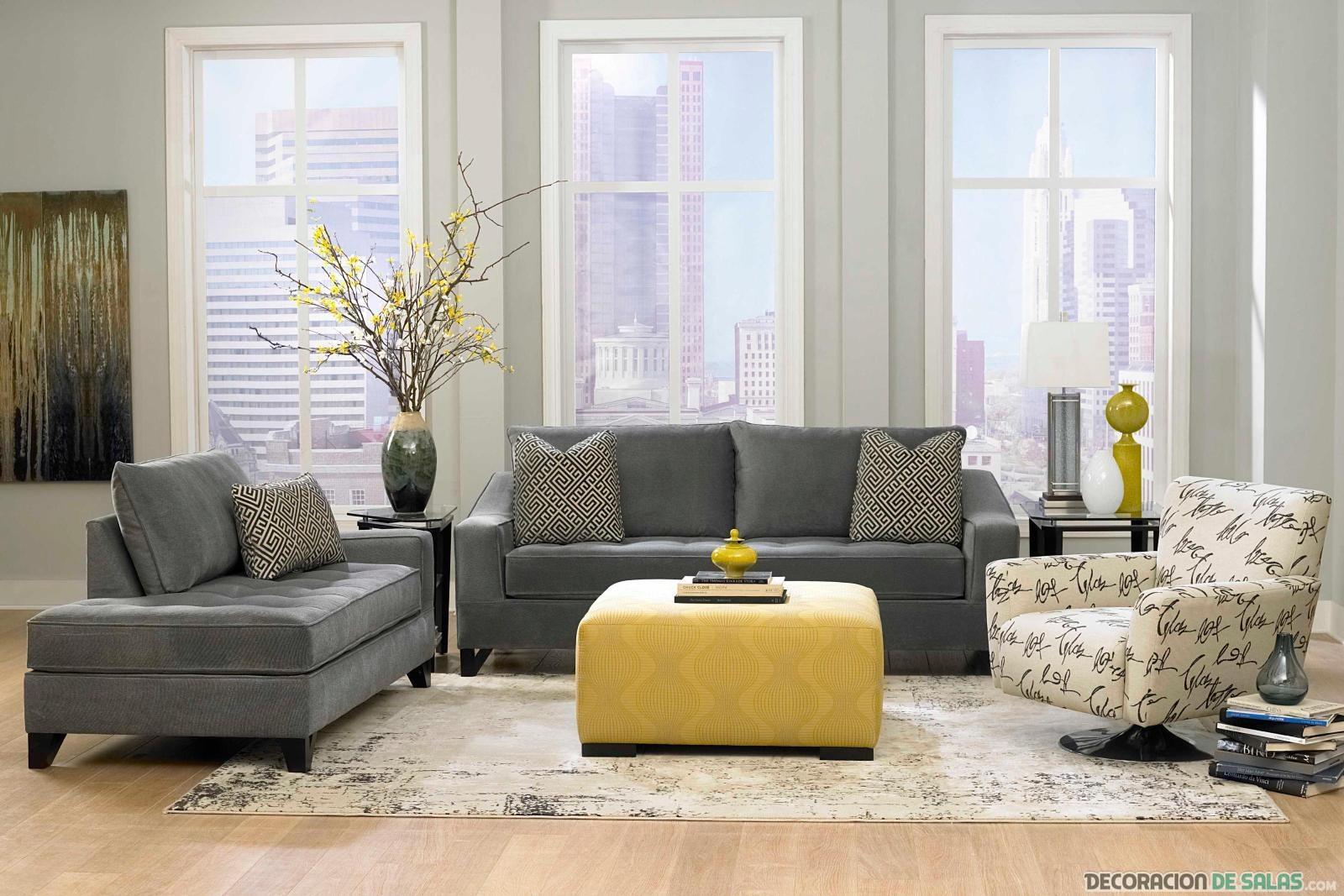 salón gris con sofá en amarillo