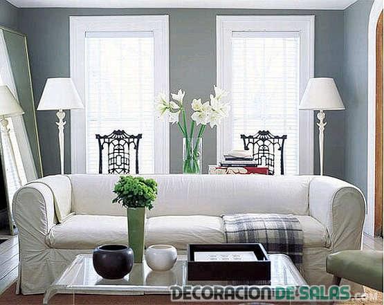 salón gris con sofá en blanco