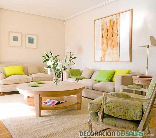 salón luminoso con cojines en colores claros