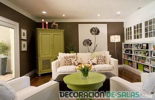 salón marrón con sofás en blanco