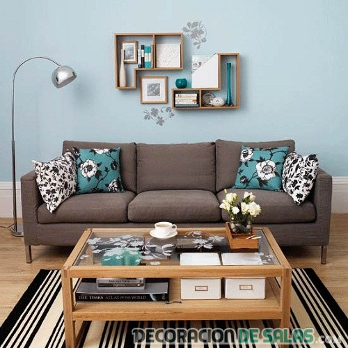 salón marrón varios tonos combinados con azul