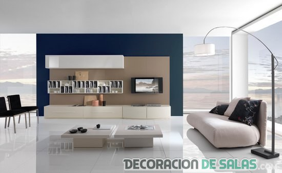 salón minimalista con pared en color azul