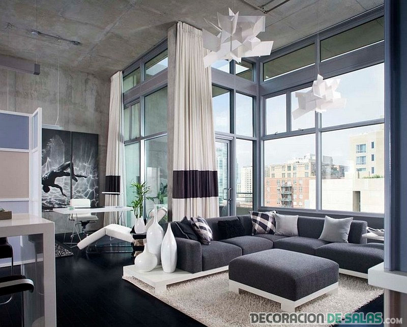 salón moderno con amplios ventanales