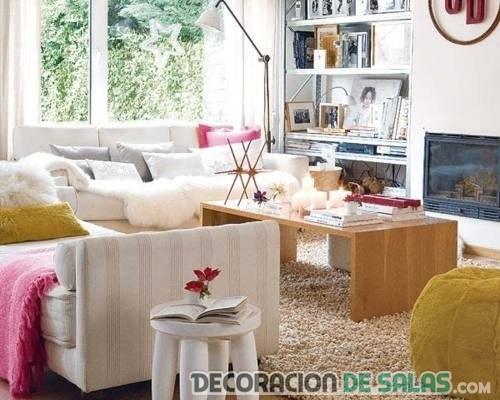 salón moderno con muchos muebles