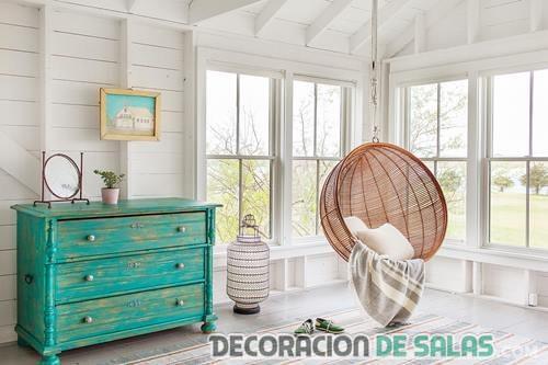 salón moderno con mueble vintage