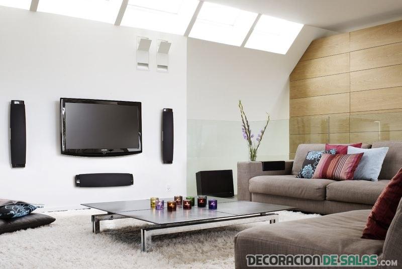 Salón moderno con televisión en la pared
