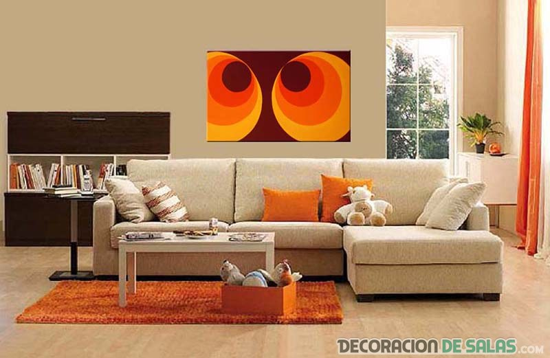 salón moderno en beige y naranja