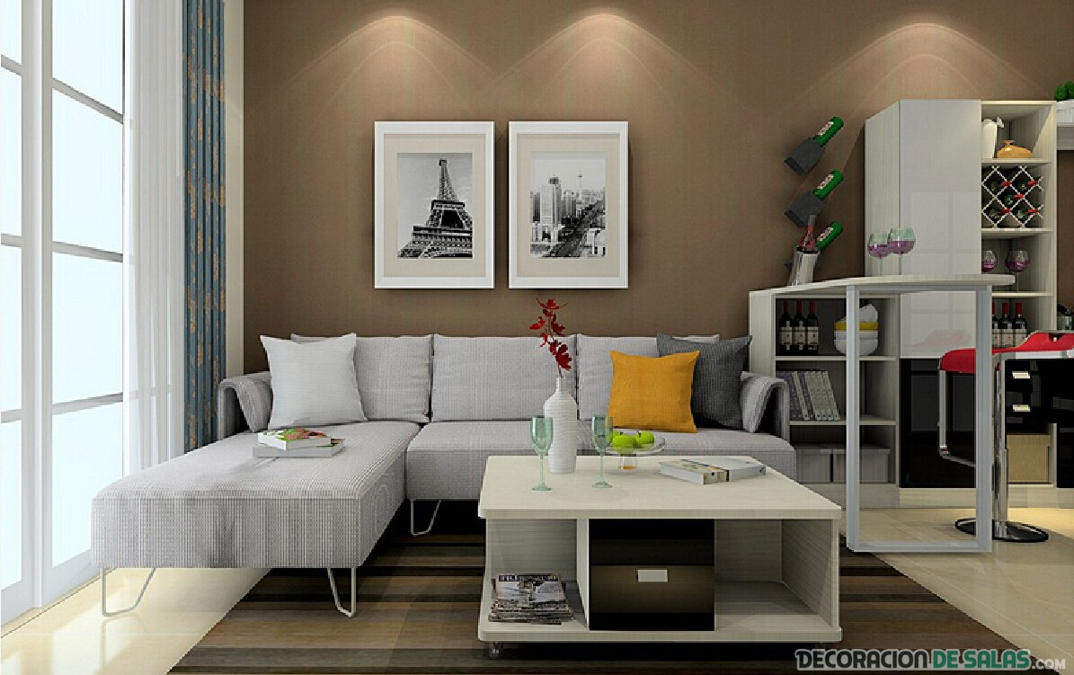 salón paredes marrón con sofá gris