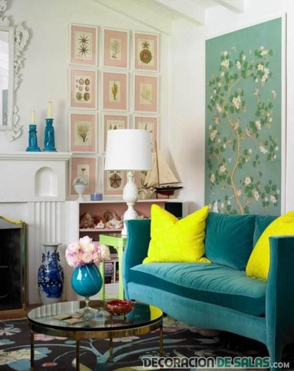 salón pequeño con sofá en azul
