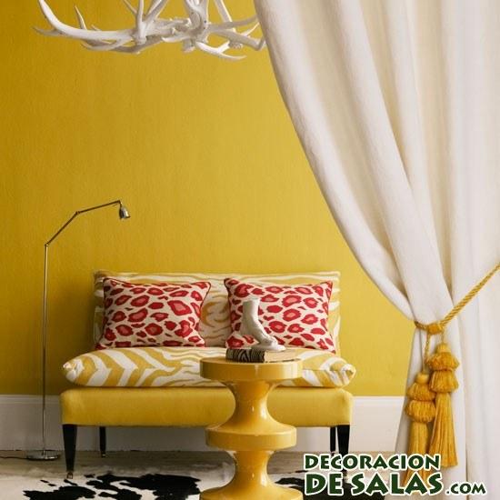 salón pequeño en color mostaza