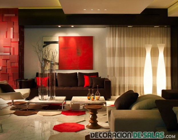 salón pequeño en color rojo y chocolate
