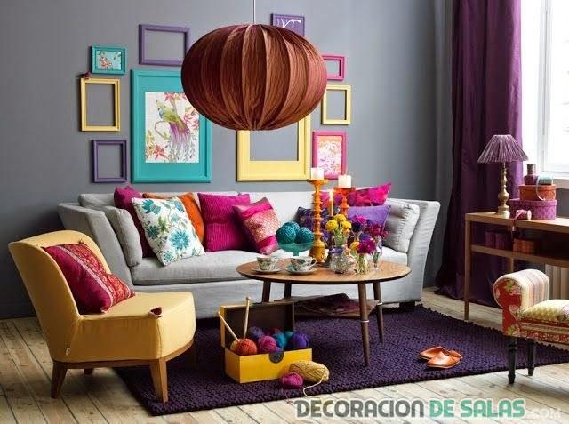 salón pequeño en colores llamativos