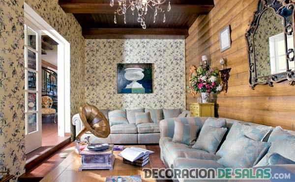 salón retro con paredes estampadas