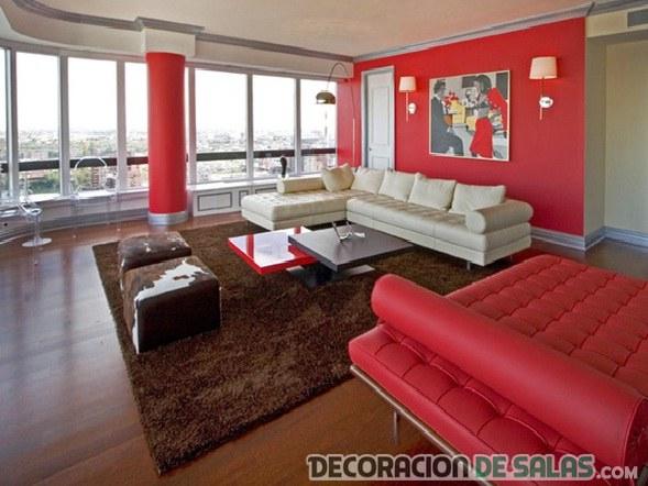 salón rojo con alfombra marrón