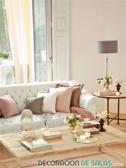 salón romántico con sofá chester