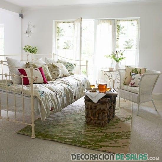 salón veraniego con muebles de forja