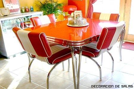 sillas y mesa de colores