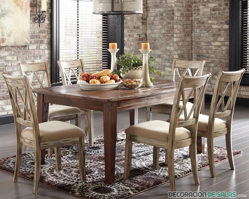 sillas y mesa de madera en comedor rústico