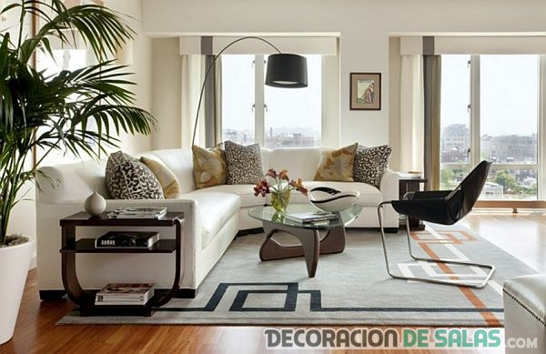 sofá blanco en salón moderno