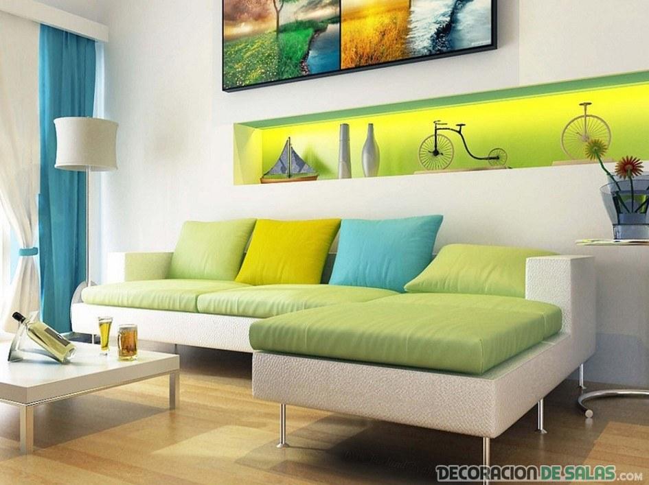 sofá con cojines en colores