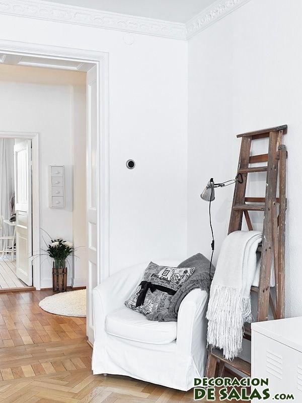sofá en color blanco en rincón de lectura
