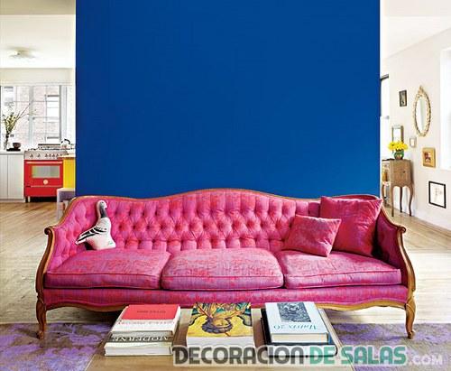 sofá tapizado en rosa