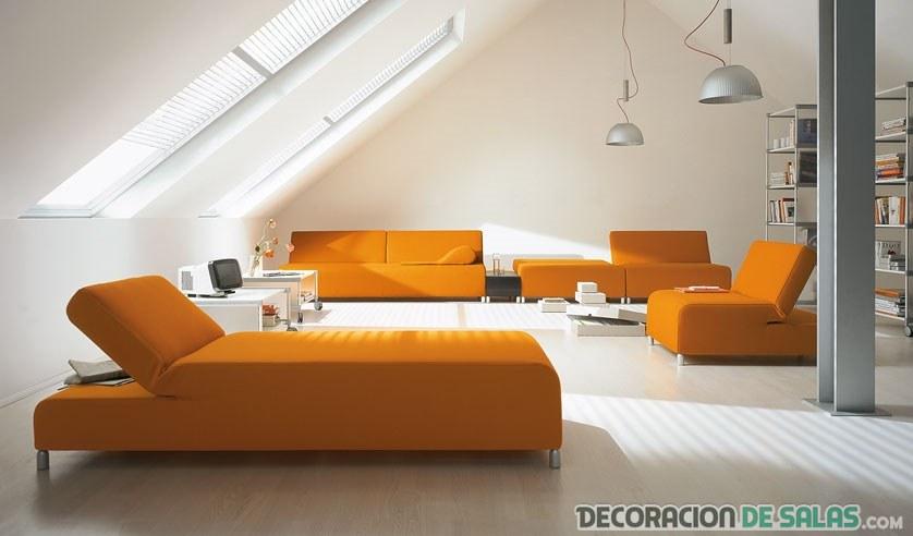 sofás en color naranja para salón blanco