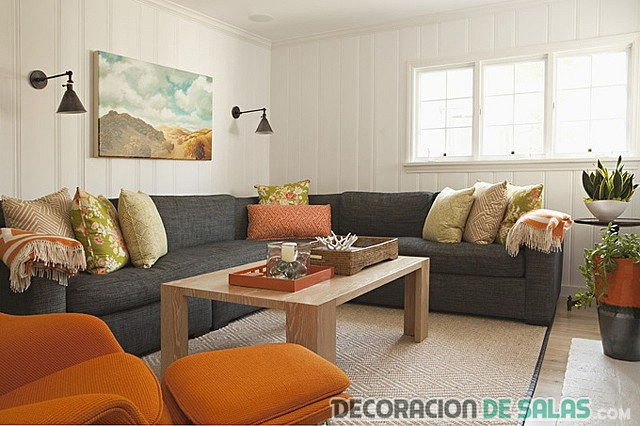 sofás en gris y naranja