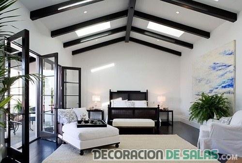 techo con vigas de madera en dormitorio