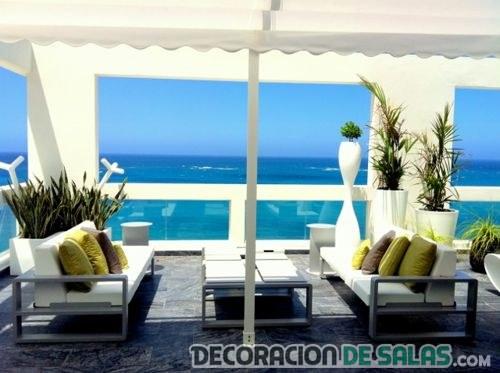 terraza con dos sofás
